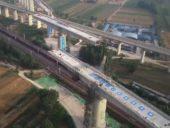 Engenheiros Civis chineses rodam tabuleiro de obra-de-arte ferroviária de alta-velocidade