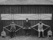 Imagem do dia: Engenheiros Civis demonstram o funcionamento de uma ponte em treliça em 1887