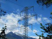 Estrutura metálica de torres elétricas de alta-tensão reconvertida para cobertura de estação ferroviária
